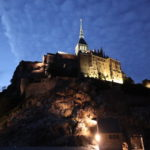 夜景こそ絶景 あのモンサンミシェルでテント泊! 修道院の歴史的背景は奥が深い