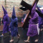 [奇妙なパレード]エクアドルのイースターは キリスト処刑の様子を表現